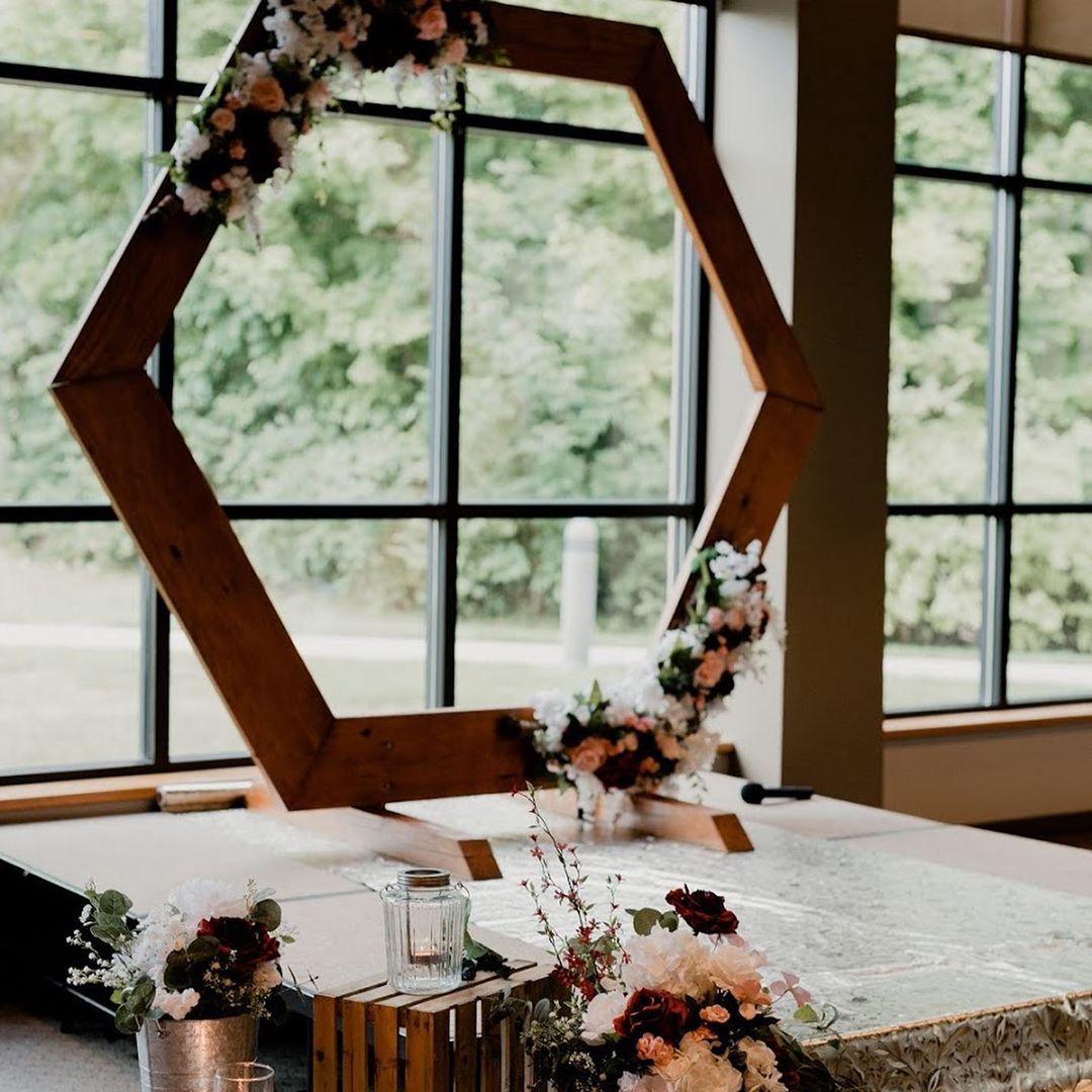 modern-Blüten-rustikal-Hochzeitssetting